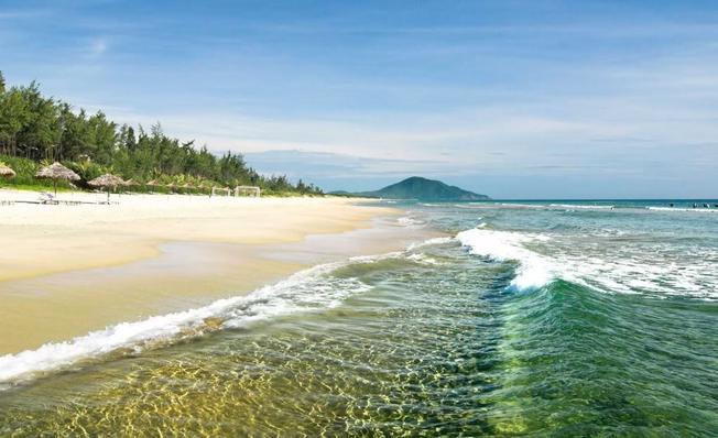 Khung cảnh thơ mộng của bãi biển Lăng Cô