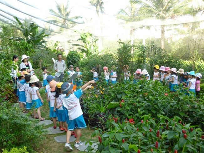 Các em học sinh đang thăm quan vườn bướm