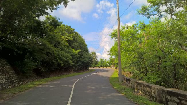 Con đường mở đâu yên bình cho hành trình khám phá núi Dinh