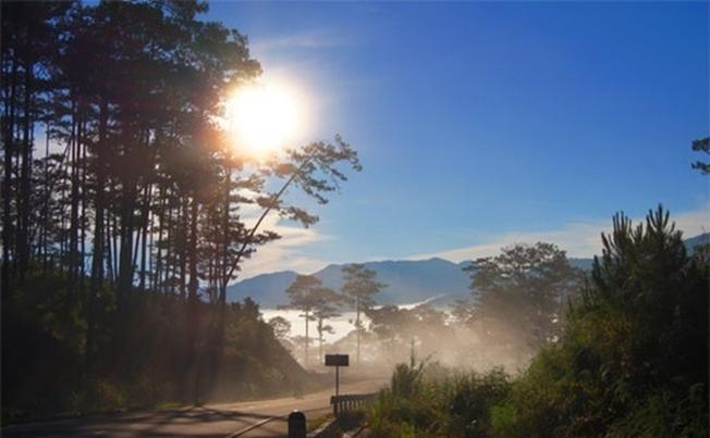 Khung cảnh núi rừng bảng lảng trong sương khói