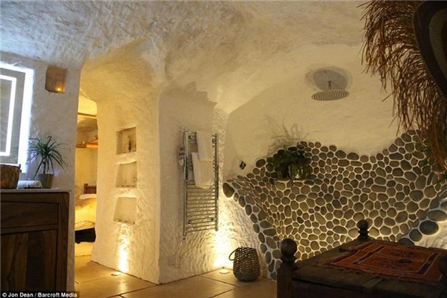 Bức tường được trang trí từ đá cuội mang đến vẻ sang trọng