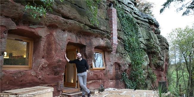 Một khung cửa sổ kính lớn mang ánh sáng tự nhiên vào cho ngôi nhà