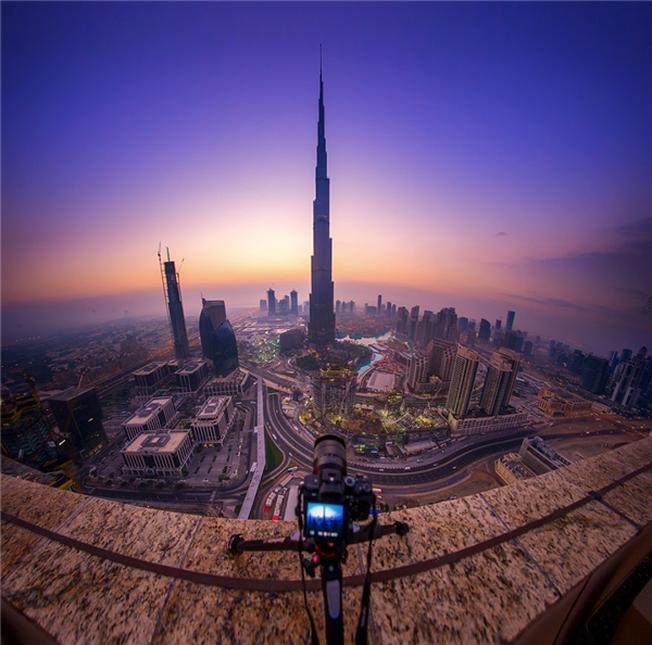 Tòa nhà cao nhất Dubai thoáng mơ hồ lại pha chút huyền bí như sắp tan biến