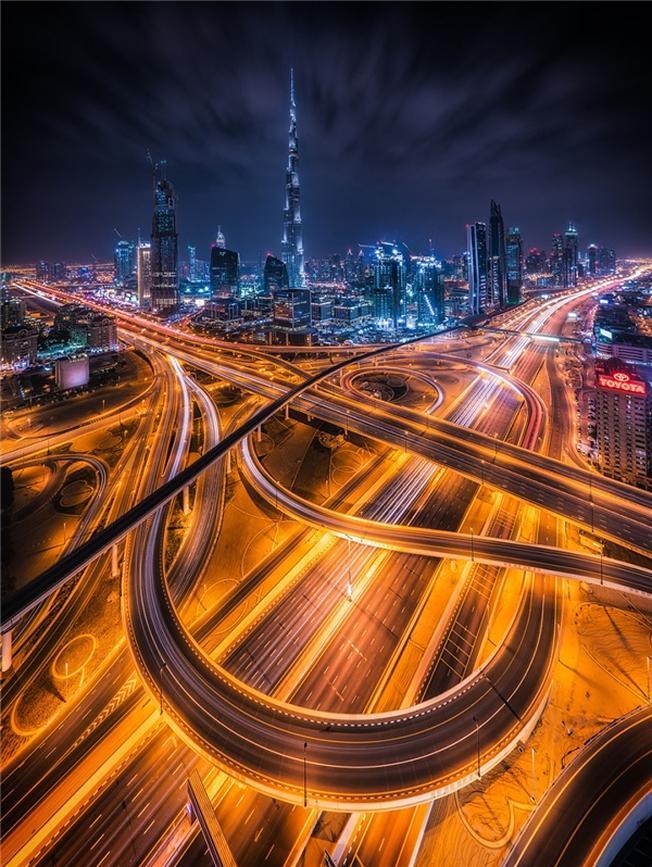 Dubai sáng bừng lên trong ánh sáng của sự hiện đại và giàu có