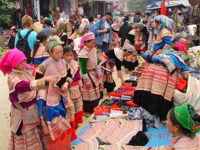 Khung cảnh mua bán tập nập của chợ Chậu Mường Khương