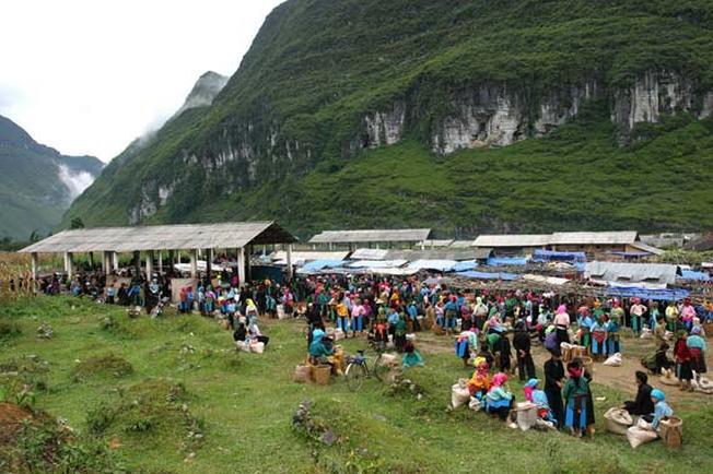 Khung cảnh chợ Pha Long nhìn từ xa