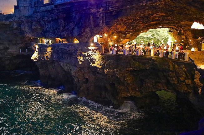 hang động này thường xuyên diễn ra các bữa tiệc