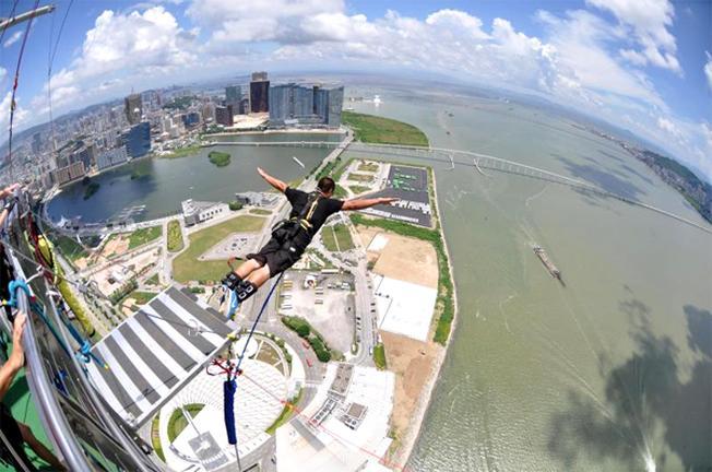Nhảy bungee và đi bộ ở lưng chừng trời
