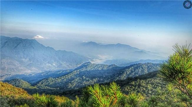 Những tia nắng đầu tiên đánh thức núi rừng giữa màn sương sớm