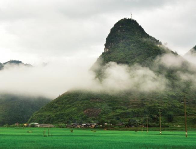 Toàn cảnh núi Cô Tiên nhìn từ xa
