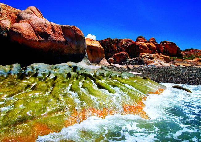 những bãi đá hình thù độc đáo hòa quyện với những trận sóng dữ