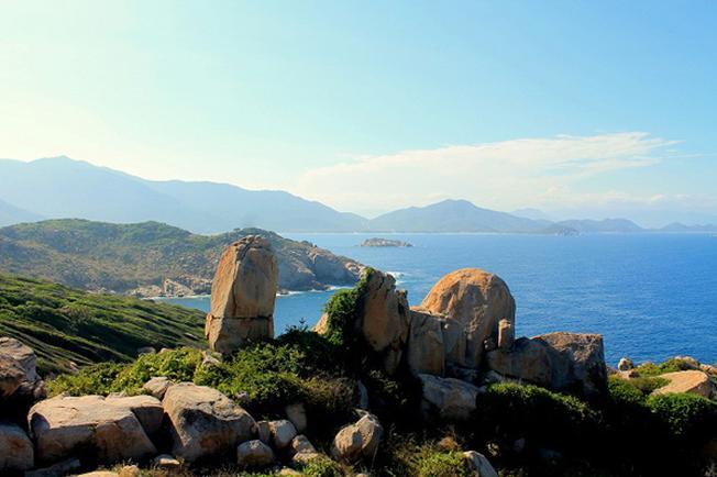 Khung cảnh đảo Bình Hưng nhìn từ hải đăng Hòn Chút