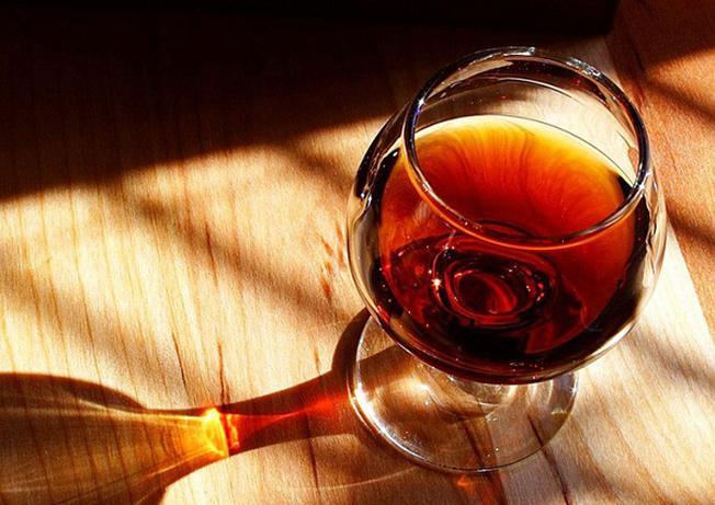 Cùng cạn ly rượu vang thơm nồng bên người thân khiến không gian ngày Tết thêm ấm cúng