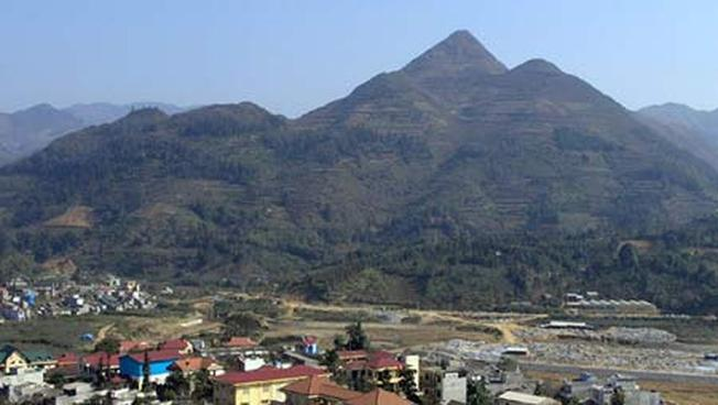 Núi Ba mẹ con nằm ngay trung tâm thị trấn Bắc Hà