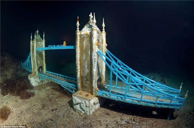 Ngoài ra còn có tượng của cầu Luân Đôn