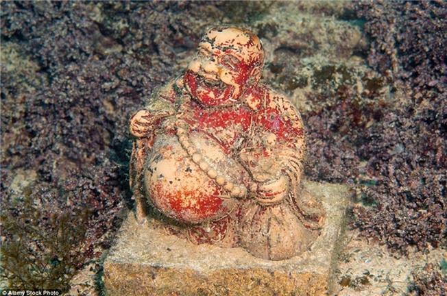 Tượng Phật cười rạng rỡ nằm trên một tấm thảm