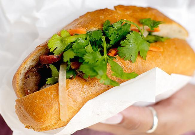 Bánh mì kẹp là bữa ăn tiện lợi của nhiều người Đà Nẵng