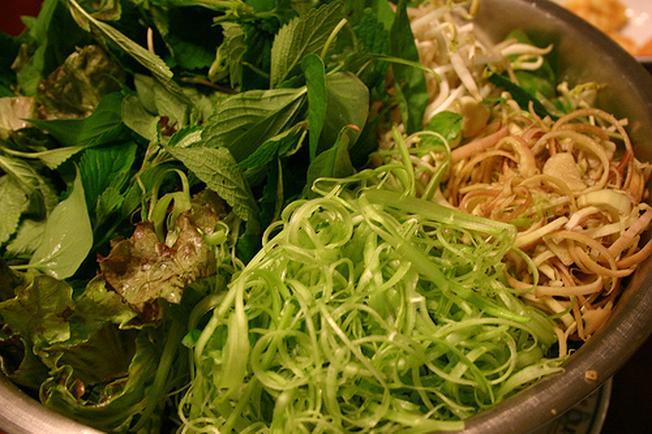 Đa dạng các loại rau sống ăn kèm mì Quảng