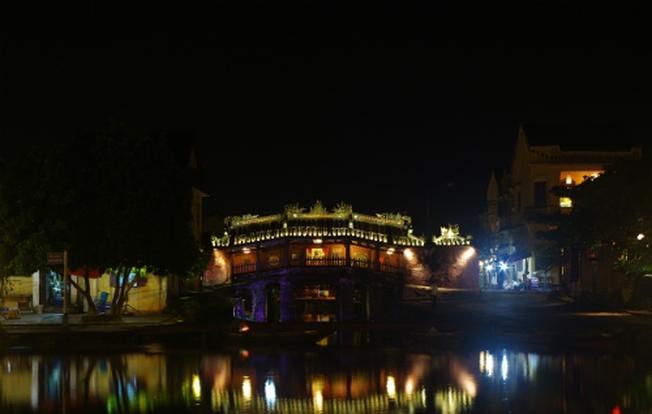Lênh đênh du thuyền trên dòng sông Hoài lấp lánh ánh đèn