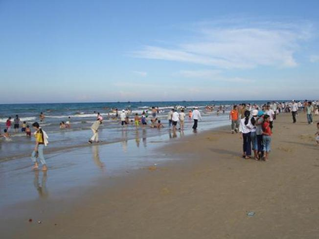Bãi biển Bình Minh thu hút đông đảo du khách vào những ngày hè (ảnh sưu tầm)