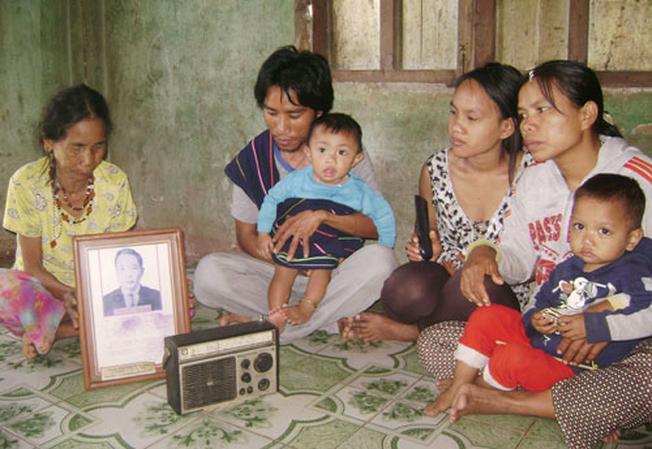 Người dân làng Rô bên cạnh chiếc radio
