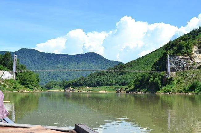 Cầu treo nối liền hai bờ sông