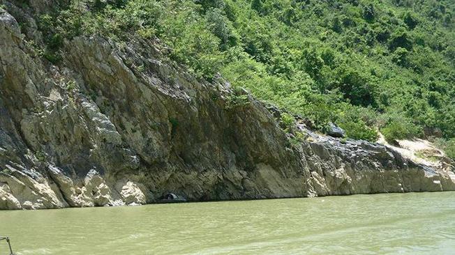 Những phiến đá hai bên bờ sông