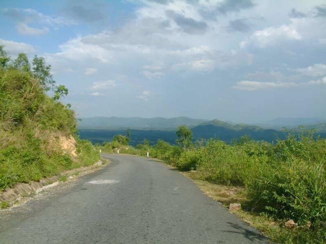 Vượt qua đèo Le khúc khuỷu để đến Nông Sơn