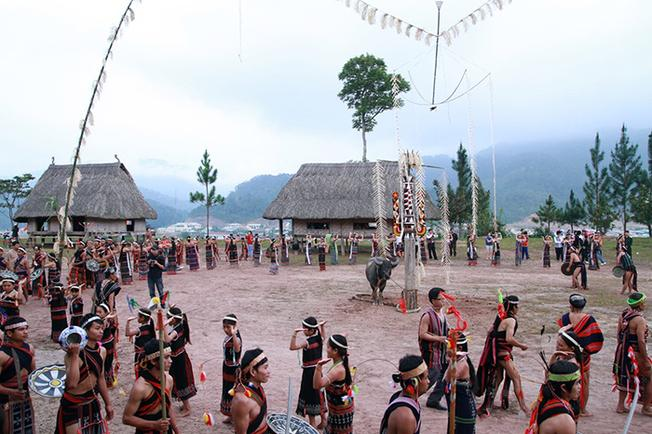 Đồng bào Cơ Tu mở hội mừng lúa mới
