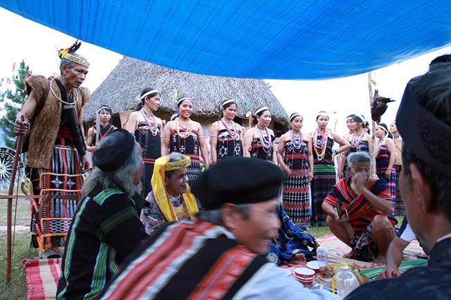 Các già làng hát lý để kể về lòng biết ơn thần linh