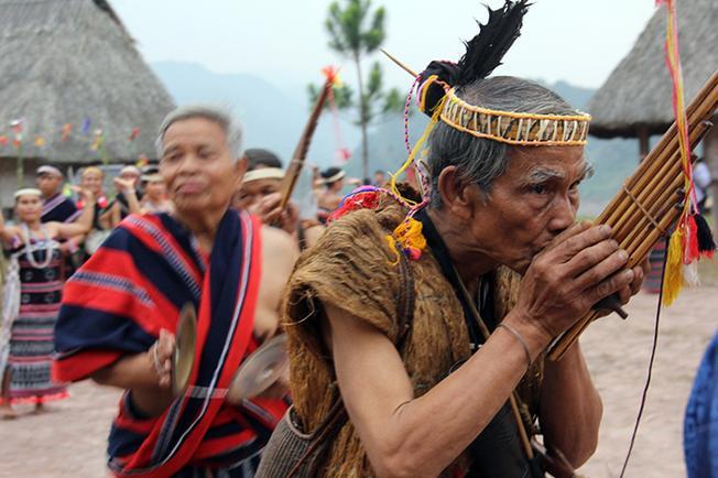 Ngân vang tiếng khèn trong ngày hội làng