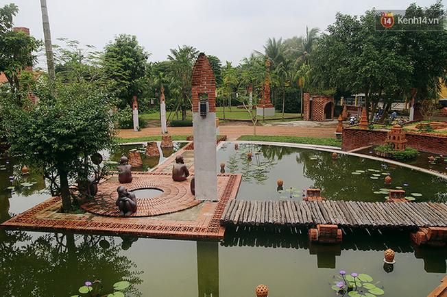 Giữa công viên là một hồ nước bao quanh khoảnh sân tròn - biểu trưng cho chiếc bàn chuốt. Một cây cầu gỗ bắc ngang thế hiện cho việc người xưa đã lợi dụng sức nước, kết củi thành mảng và chuyển về làng nung gốm