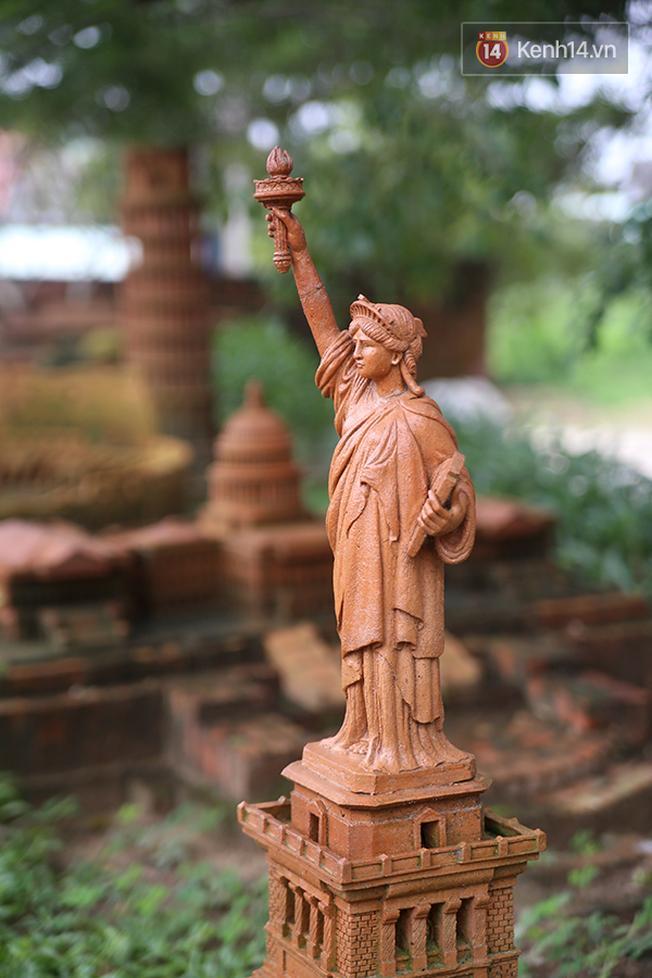 Tượng Nữ thần Tự do - một tác phẩm điêu khắc theo phong cách tân cổ điển ở New York cũng được tái hiện tại công viên này