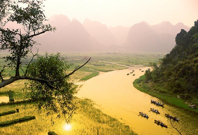 Ngồi thuyền trên dòng suối Yến vào chùa Hương