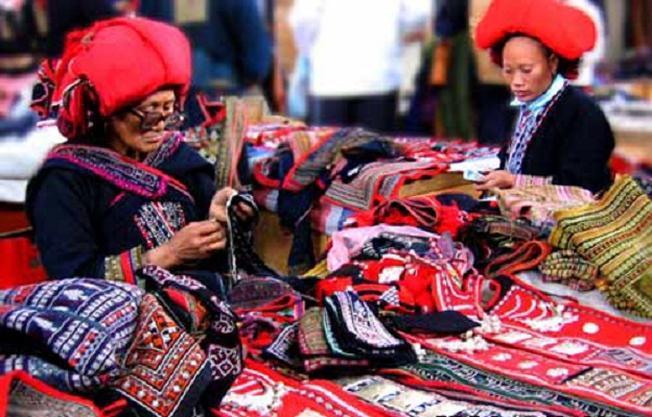 chiêm ngưỡng những bộ trang phục độc đáo ở chợ Sa Pa