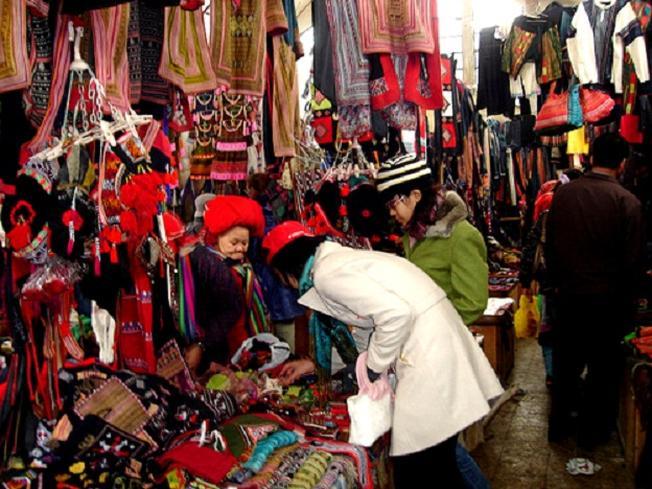 Mua sắm ở Sa Pa Rực rỡ sắc màu váy áo tại chợ phiên Bắc Hà