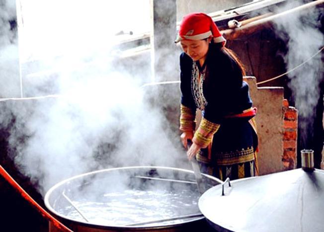 Thiếu nữ Dao đỏ nấu lá thuốc