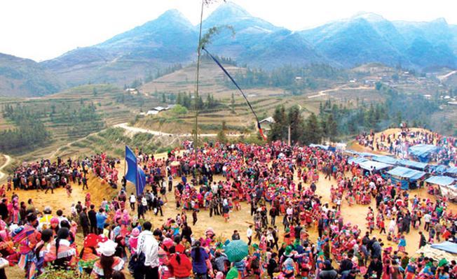 Trang phục dân tộc độc đáo của người dân trong lễ hội quét làng