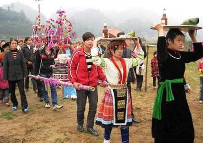 Người dân mang lễ vật đi cúng trong lễ hội