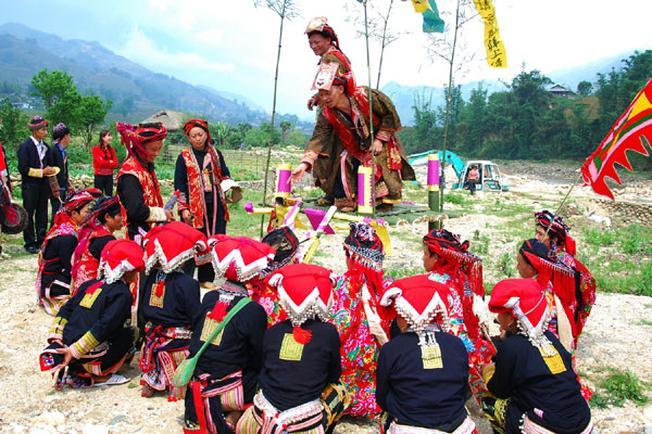 Thực hiện nghi lễ trong lễ hội
