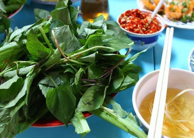 Thưởng thức bánh khọt ở điểm đến Vùng Tàu cùng các loại rau sống, nước mắm chua ngọt và đu đủ thái sợi thì còn gì hấp dẫn bằng (ảnh sưu tầm)