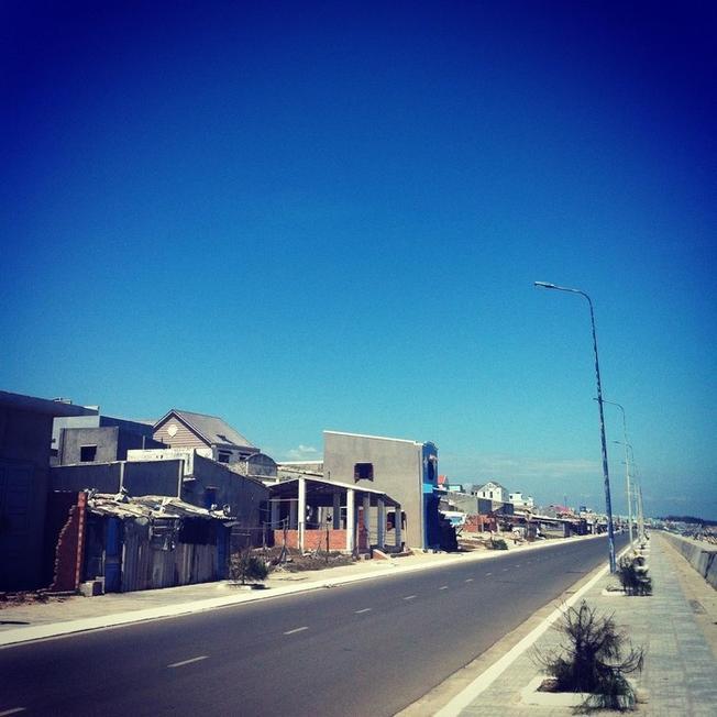 Con đường dọc bờ biển thuộc thị trấn Phước Hải