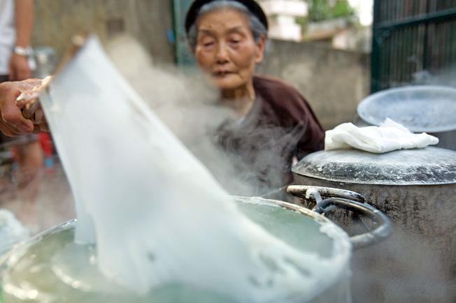 Gạo làm bánh phải được ngâm nước, xay mịn bột