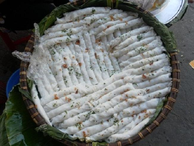 Bánh mướt được xếp trong thúng lá chuối
