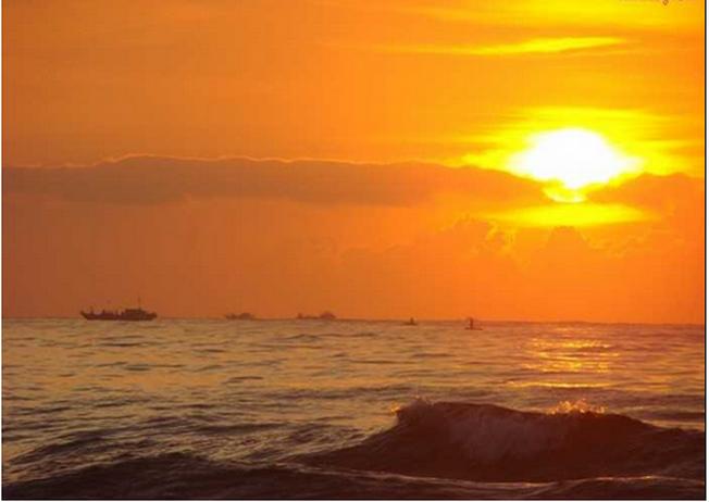 Hoàng hôn trên biển Mỹ Khê gắn liền với ráng chiều đỏ rực