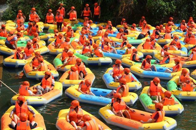 Trượt thác nước Hòa Phú Thành thu hút được rất nhiều bạn trẻ tham gia trải nghiệm