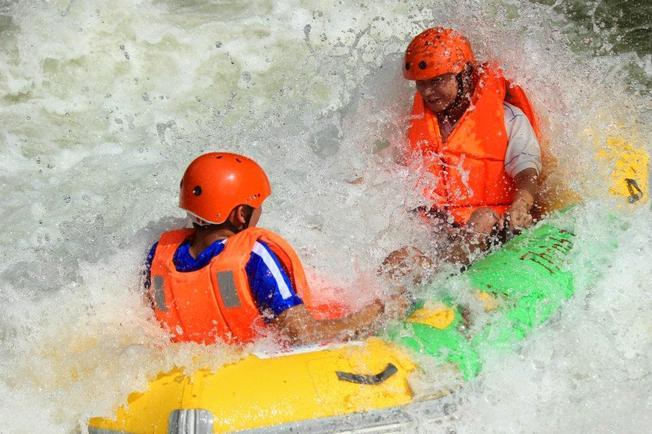 Khi vượt qua chướng ngại vật nước tung trắng xóa khiến du khách rất thích thú điểm đến Đà Nẵng rất lý tưởng