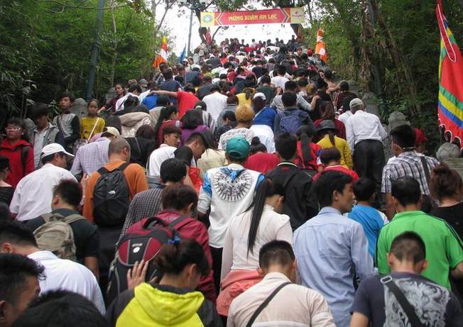 Nhiều du khách thập phương về Yên Tử chiêm bái