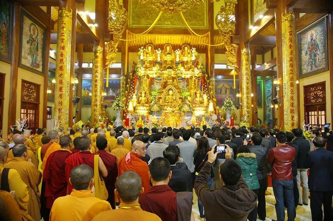 Chính điện của chùa Ba Vàng