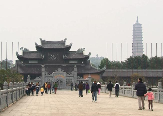 Chùa Bái Đính thu hút nhiều du khách và Phật tử